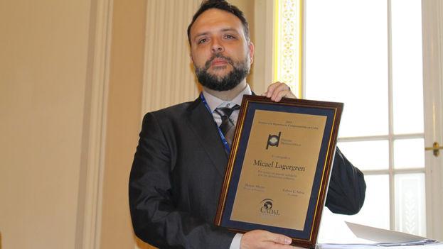 Micael Lagergren con el galardón este martes en Praga. (Rafael Rincón)
