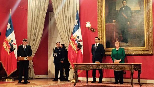 Michelle Bachelet toma juramento a los nuevos ministros en Salón Montt Varas de La Moneda. (@GobiernodeChile)