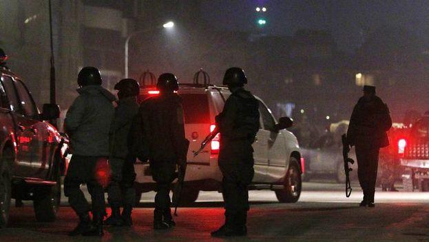 Miembros de las fuerzas de seguridad de Afganistán llegan al lugar donde terroristas sucidas atacaron un hostal cercano a la embajada de España en Kabul. (EFE)