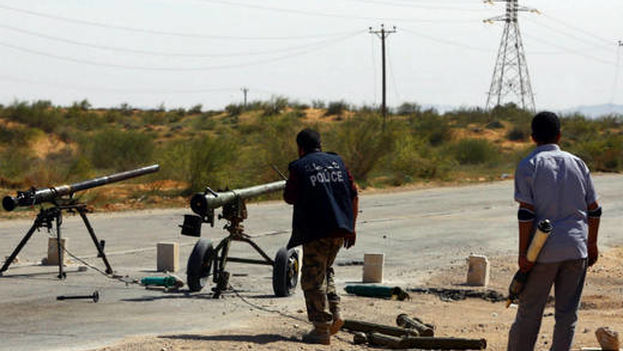 Miembros de una milicia se enfrentan a sus rivales en Bir al-Ghanam, Libia. (EFE)