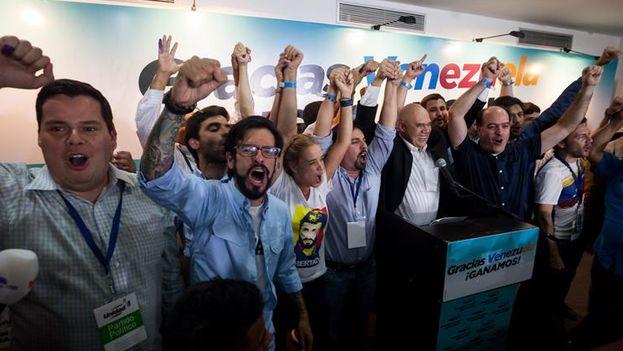 Miembros de la coalición opositora Mesa de Unidad Democrática (MUD) celebran la victoria (Foto EFE/Miguel Gutiérrez)