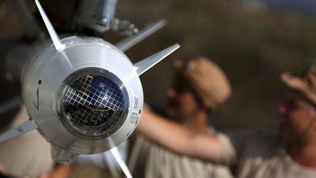 Miembros del Ejército ruso preparando aviones para atacar en Siria. (EFE)