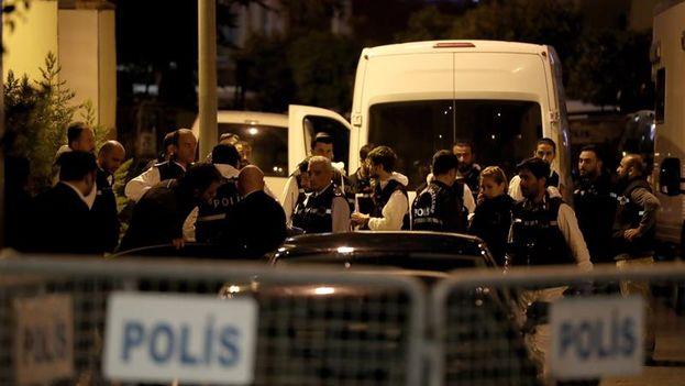 Miembros de la policía forense turca en el registro al consulado saudí en Estambul para investigar el caso Khashoggi. (EFE/ Tolga Bozoglu)