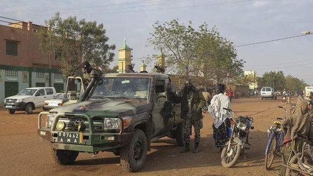 Miembros de las Fuerzas de Seguridad malienses mientras patrullan la ciudad de Sévaré, Mali. (Foto EFE)