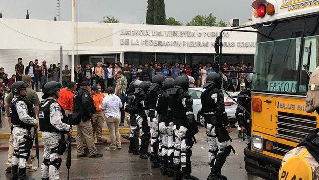 Miembros de la Guardia Naciona custodian afuera de un albergue para migrantes en Piedras Negras, México. (EFE/Armando Ríos)