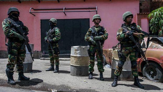 Miembros de la Guardia Nacional Bolivariana mientras participan en un operativo en Caracas. (EFE)