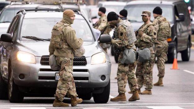 Miembros de la Guardia Nacional levantan un retén militar en la Avenida Massachusetts, en las inmediaciones del Capitolio, como medida de seguridad previa a la posesión del nuevo presidente de Estados Unidos, Joe Biden, en Washington. (EFE/Justin Lane)