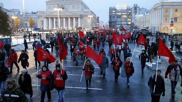 Miembros del Partido Comunista ruso participan en la celebración del 99º aniversario de la Revolución bolchevique. (EFE)