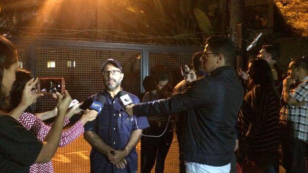 Miembros de Primero Justicia se presentaron ante la puerta de la morgue de Bello Monte exigiendo ver el cuerpo del concejal Fernando Albán. (@Pr1meroJusticia)