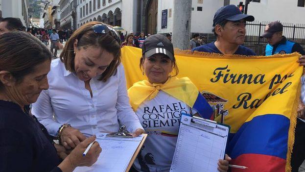 Miembros del colectivo Refael contigo siempre recogen firmas para que el presidente pueda volver a optar a la reelección. (Facebook)