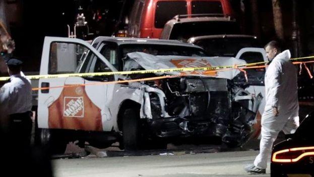 Miembros de la unidad de emergencias retiran el cuerpo de una víctima mortal del atentado en Manhattan. (Jason Szenes/EFE)