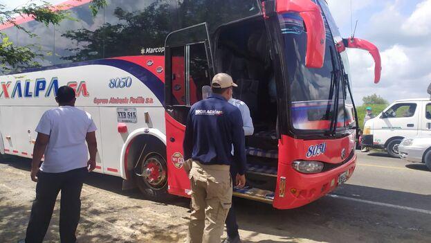 Un oficial de Migración Colombia en un punto de control donde se revisan los documentos a los pasajeros que viajan en buses del transporte público. (Twitter)