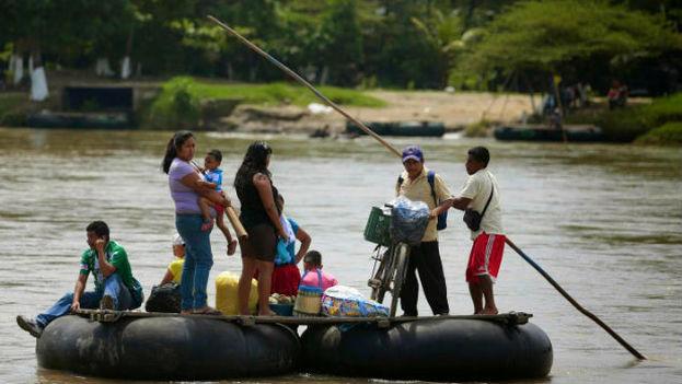 Migrantes cruzando la frontera de Río Grande a EE UU. (@Chacatorex)