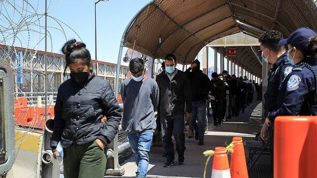 Migrantes centroamericanos regresados a territorio mexicano por autoridades estadounidenses el 11 de junio de 2021, en el Puente Internacional Paso del Norte, en Ciudad Juárez, Chihuahua (México). (EFE/ Luis Torres)