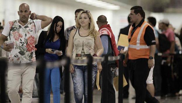 Migrantes cubanos en el aeropuerto Daniel Oduber en Liberia, Costa Rica, antes de salir para El Salvador. (EFE/Jeffrey Arguedas)
