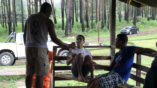 Migrantes cubanos conversan con efectivos de la policía panameña y las fuerzas de Migración Panamá en el campamento de Gualaca. (14ymedio)