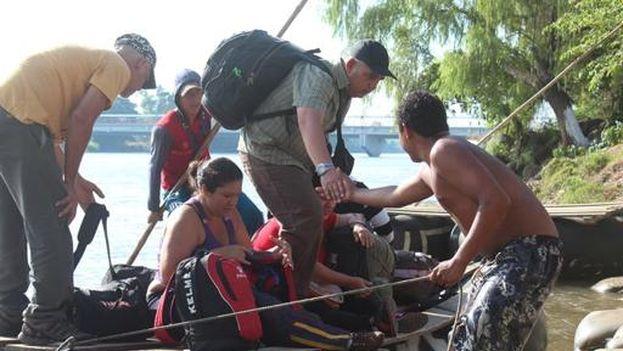 Migrantes cubanos cruzando el río Suchiate, que sirve de frontera a Guatemala y México. (EFE/Benjamín Alfaro)