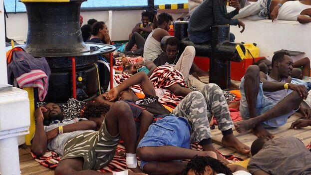"""Migrantes africanos a bordo del barco """"Open Arms"""". (@openarms_fund)"""