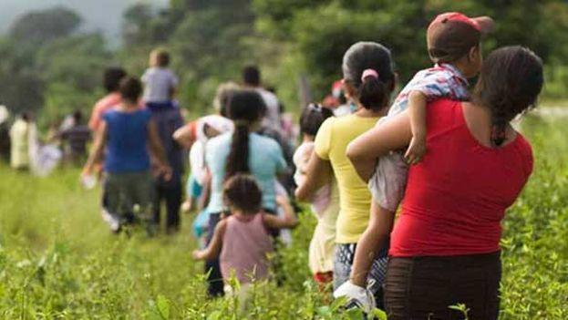 Migrantes cruzan la frontera de Guatemala con México. (EFE)