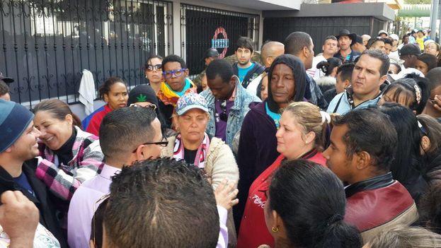 Migrantes cubanos protestan ante la embajada de México en Quito. (14ymedio)