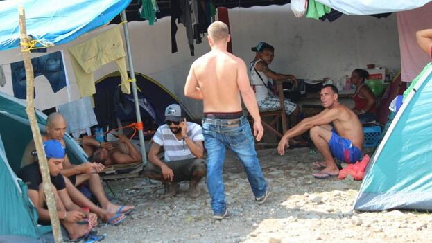Migrantes cubanos varados en Paso Canoas, en 2016. (EFE)