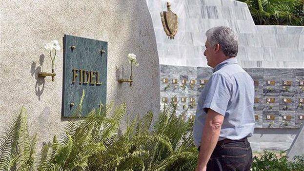 Miguel Díaz-Canel ante el monolito que acoge las cenizas de Fidel Castro. (EFE/Estudios Revolución/Cubadebate)