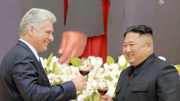 Miguel Díaz-Canel y Kim Jong Un brindan durante el banquete en Pyongyang. (KCNA)