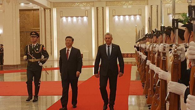 Xi Jiping y Miguel Díaz-Canel en su encuentro en el Palacio del Pueblo de Pekín. (EFE)