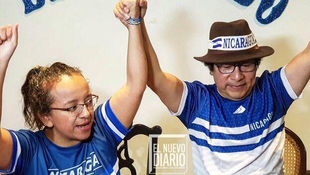 Miguel Mora y Lucía Pineda celebran su liberación. (@elnuevodiario)
