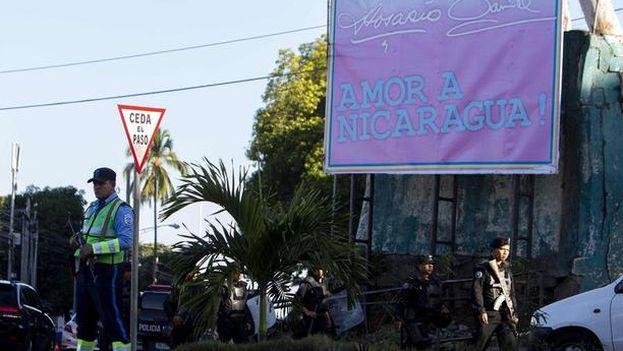 La esposa de Miguel Mora, la periodista Verónica Chávez, contó los detalles del allanamiento de las oficinas de '100% Noticias' en una conferencia de prensa. (EFE)
