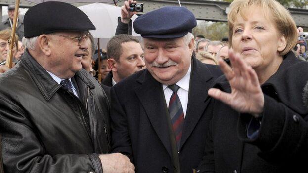 El antiguo máximo mandatario polaco y Nobel de la Paz Lech Walesa flanqueado por el ex líder soviético Mijaíl Gorbachov y la canciller Angela Merkel en una imagen de archivo. (EFE/Rainer Jensen)
