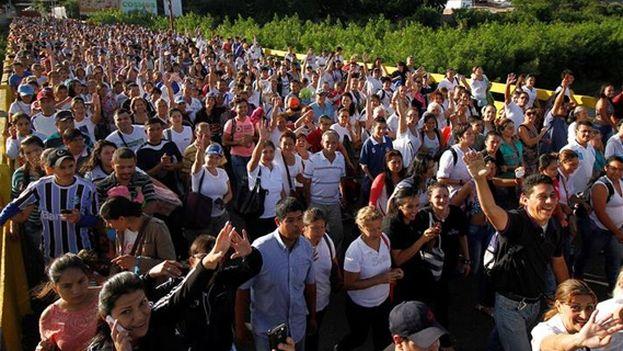 Miles de venezolanos cruzan la frontera entre Colombia y Venezuela para adquirir alimentos y medicinas en el país vecino. (Archivo EFE)