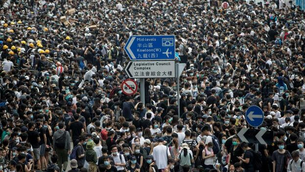 Miles de manifestantes ocupan una calle cercana al Consejo Legislativo en Hong Kong. (Archivo EFE)
