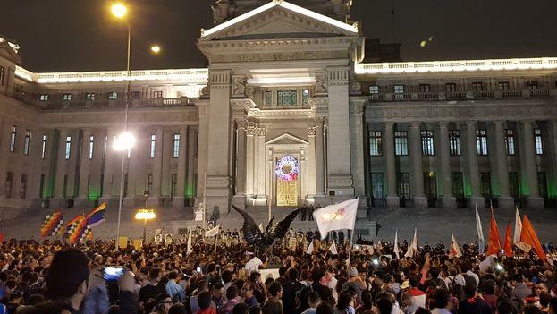 Miles de peruanos se acercaron al palacio presidencial para pedir la renuncia de Kuczynski por el indulto a Fujimori. (Ojo Público)