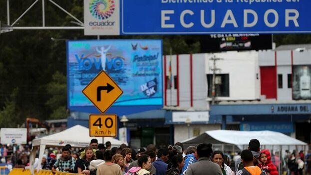 Miles de migrantes venezolanos permanecen en Rumichaca para alcanzar Perú antes de que se endurezcan los trámites. (EFE/ José Jacome)