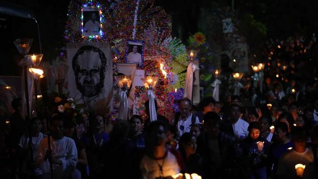 Miles de salvadoreños conmemoraron el pasado año en San Salvador el 30 aniversario del asesinato de los seis jesuitas en la UCLA. (Miguel Lemus/EFE)
