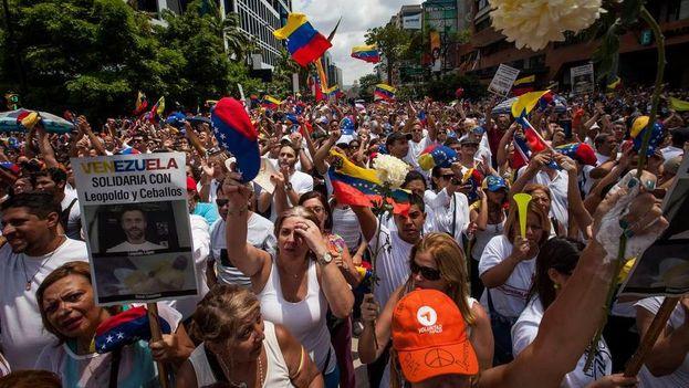Miles de Venezolanos piden la liberación de presos políticos y fecha para nuevas elecciones parlamentarias. (EFE)