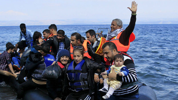 Miles de personas intentan escapar de los países africanos en frágiles embarcaciones. (EFE)
