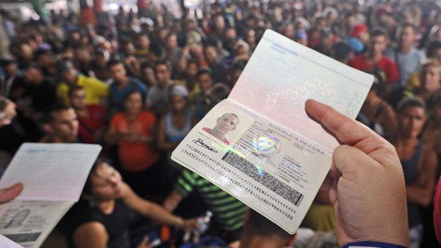Miles de cubanos quedaron atrapados en centroamérica tras el anuncio de la eliminación de la política de pies secos/pies mojados. (EFE)