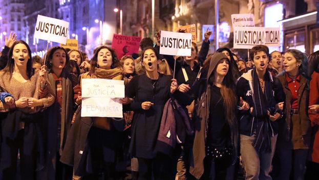 Miles de personas se concentraron el viernes 17 de noviembre para protestar contra los 'abusos patriarcales' que consideran que se están produciendo en el juicio por la violación grupal ocurrida en los sanfermines del año pasado. (EFE)