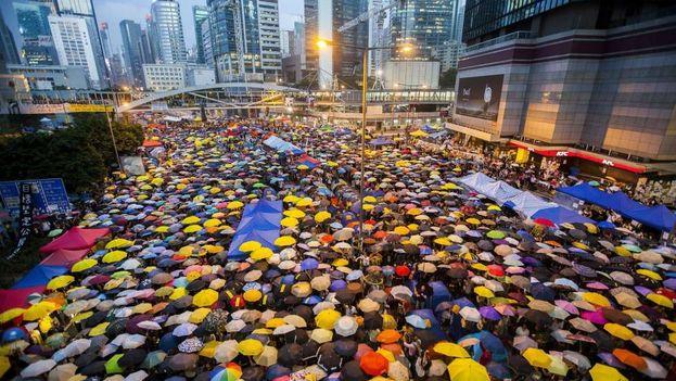 Miles de personas conmemoraron otro año la llamada revolución de los paraguas en Hong Kong. (EFE)