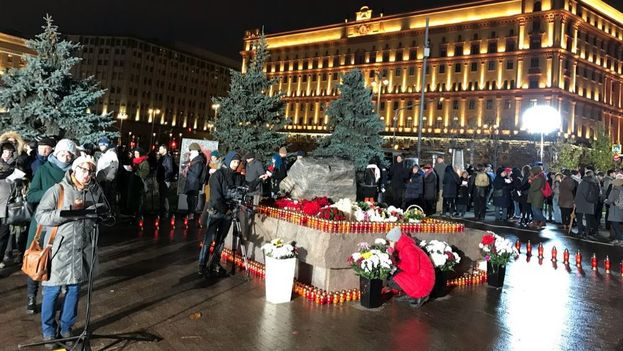 Miles de rusos rinden homenaje a víctimas de las purgas estalinistas en la plaza Lubianka, en Moscú. (@radiogalaxy4)
