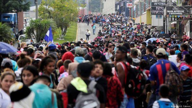 Miles de hondureños se agolpan en la frontera de Guatemala antes de cruzarla en su periplo hacia EE UU. (@vozdeltuit)