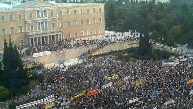 Miles de griegos se manifestaron este domingo contra la austeridad y en apoyo a su Gobierno