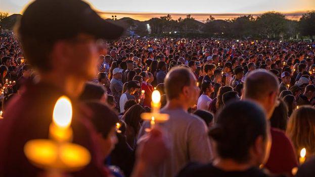 Miles de personas participan en la vigila en recuerdo de las 17 víctimas mortales de la matanza perpetrada este miércoles en Florida. (GIORGIO VIERA/EFE)