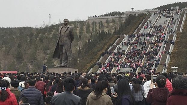Miles de personas se congregaron fuera del lugar donde está enterrado para proteger la estatua. (Weibo)