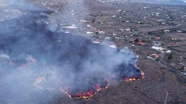 Miles de personas han sido desalojadas ante el imparable avance la lava, que está cerca de llegar al mar. (EFE)
