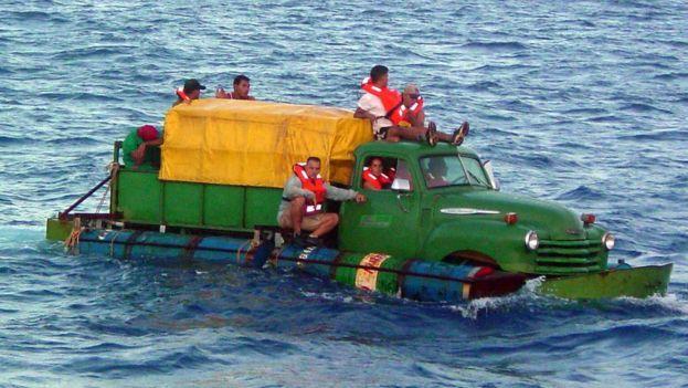 Miles de cubanos se han acogido la ahora extinta política pies secos/pies mojados. (Redes)