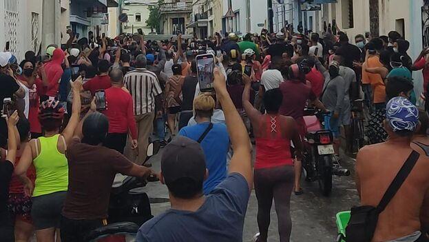 """Miles de cubanos tomaron las calles el domingo para protestar contra el Gobierno al grito de """"¡libertad!"""". (Facebook)"""