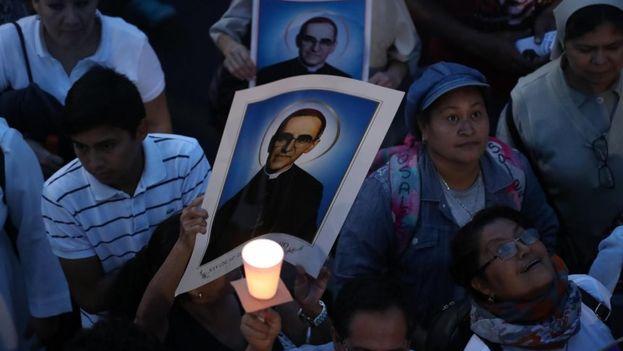Miles de personas se unieron para orar al nuevo santo, quien en vida denunció la represión de las autoridades contra los salvadoreños. (EFE)